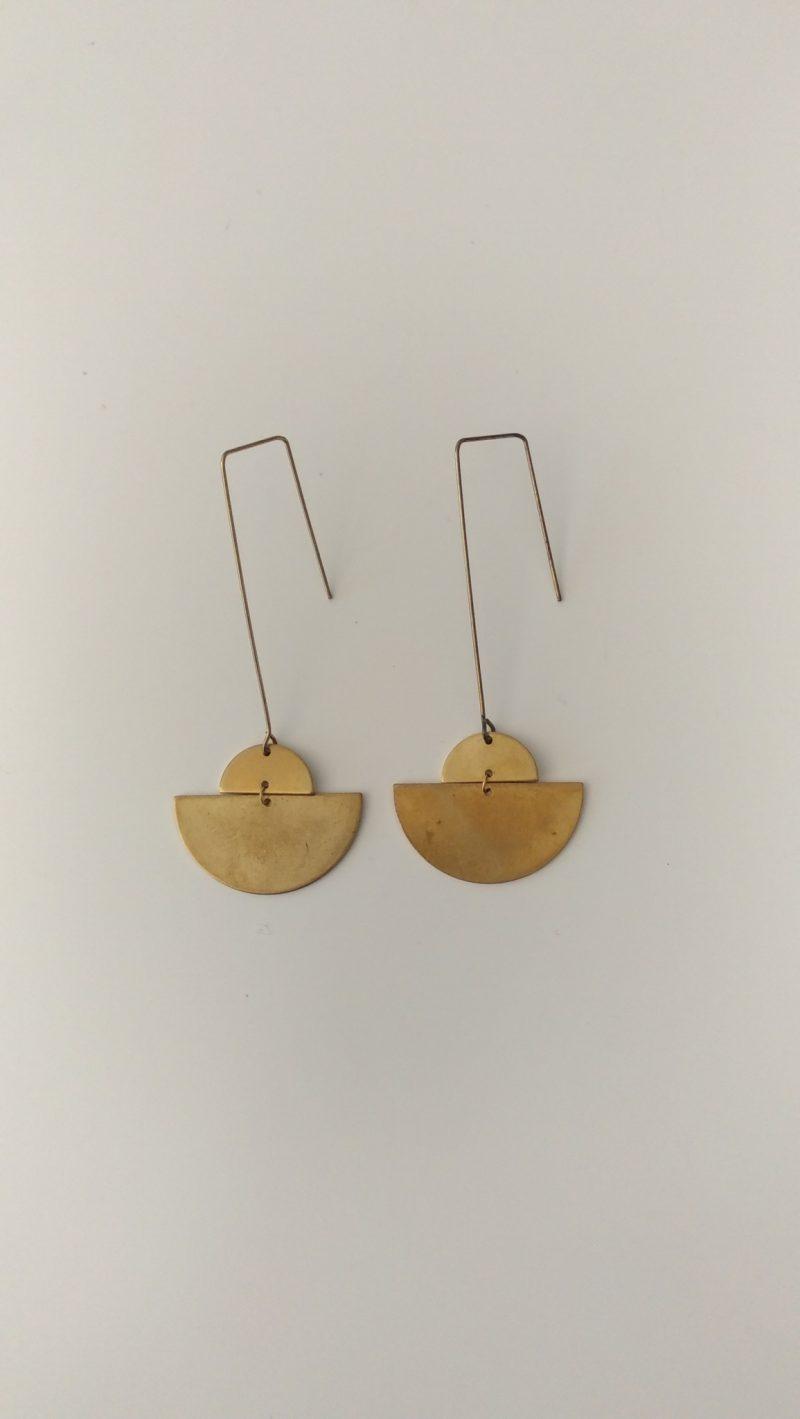 Boucles d'oreilles en laiton chics et épurées aux formes arrondies.