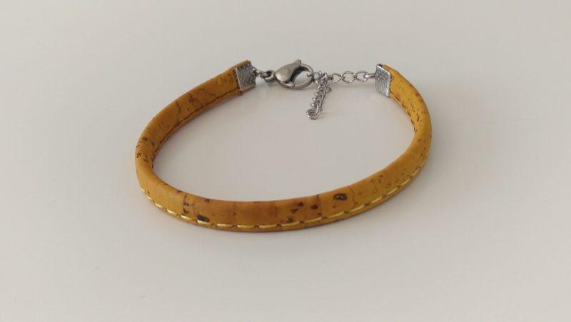 Bracelet mixte en liège jaune surpiqué.