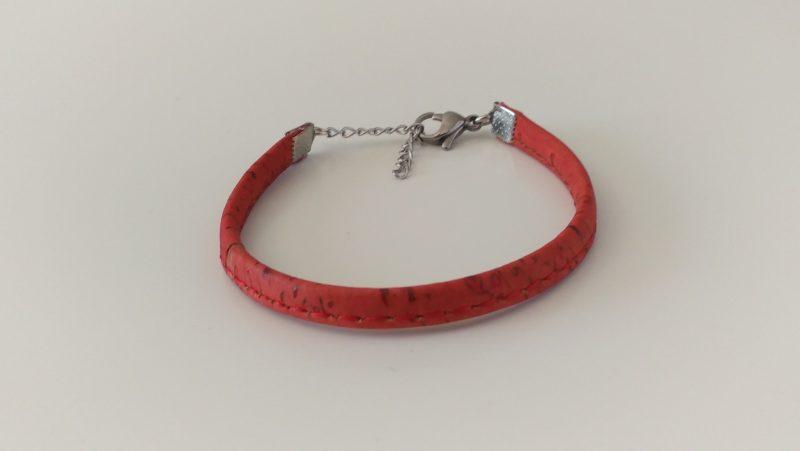Bracelet mixte en liège rouge surpiqué.