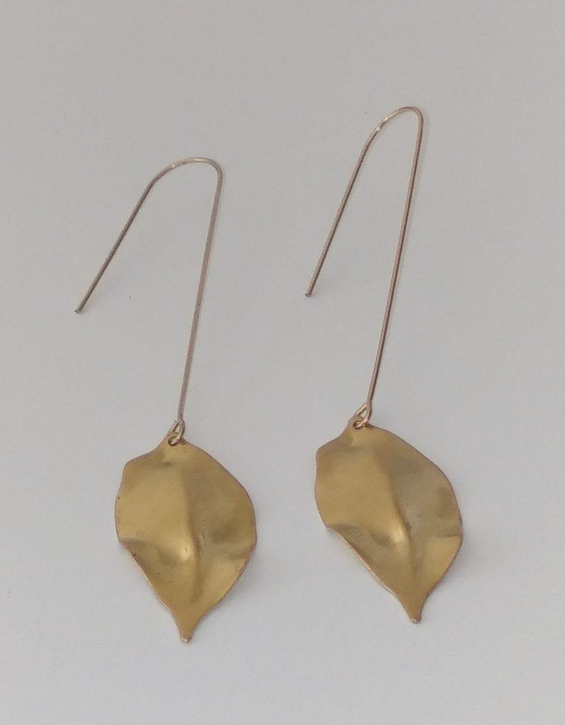 Boucles d'oreilles feuilles en laiton brut dans un style chic et épuré.